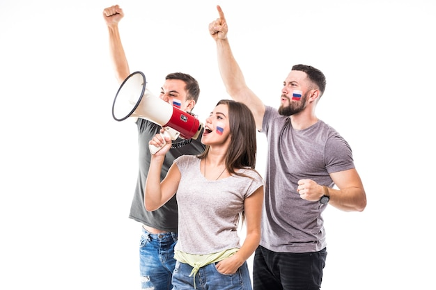 Un gruppo di tifosi di calcio sostiene la squadra nazionale russa su sfondo bianco. concetto di tifosi di calcio.