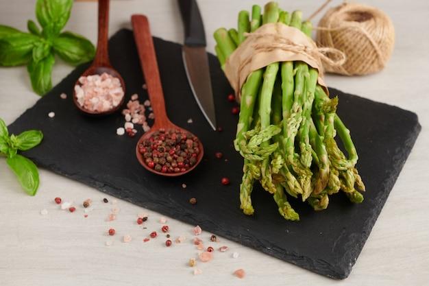 Gruppo di asparagi freschi sulla superficie del legno