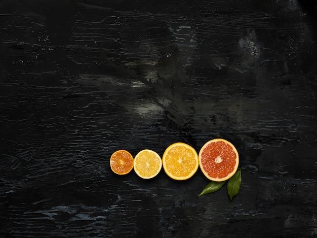黒に対して新鮮な果物をグループ化します。