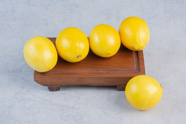 Gruppo di limone fresco su una vecchia tavola di legno d'epoca.