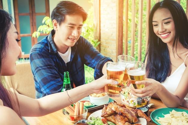 맥주 축제를 축하하는 그룹 친구 젊은 아시아 사람들