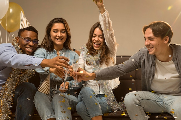Gruppo di amici per celebrare il nuovo anno concetto