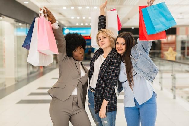 Gruppo di amici shopping felice