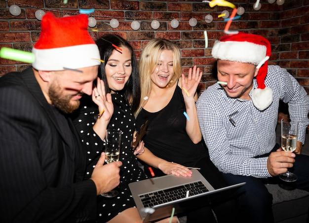 Gruppo di amici che si divertono alla vigilia di capodanno