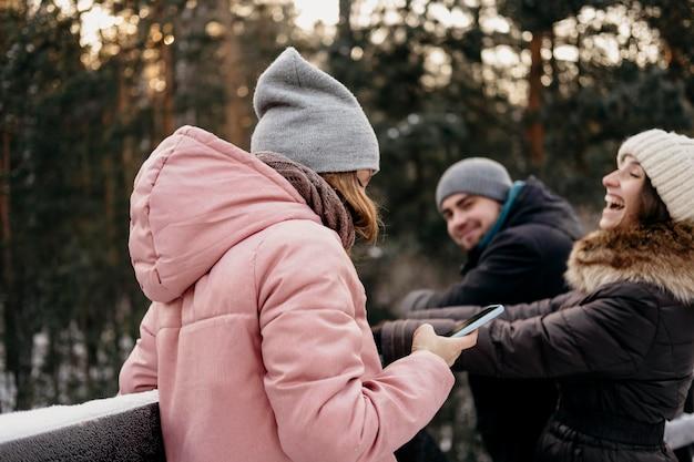 Gruppo di amici che hanno divertimento all'aperto in inverno