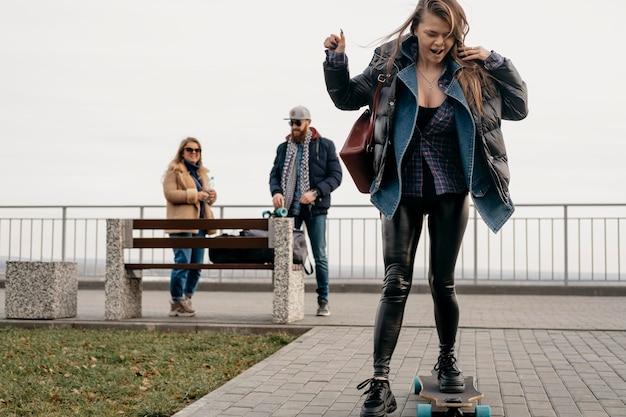 Gruppo di amici che si divertono all'aperto con gli skateboard