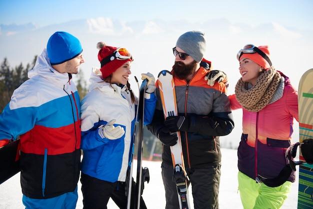 Gruppo di amici che hanno fine settimana di sci