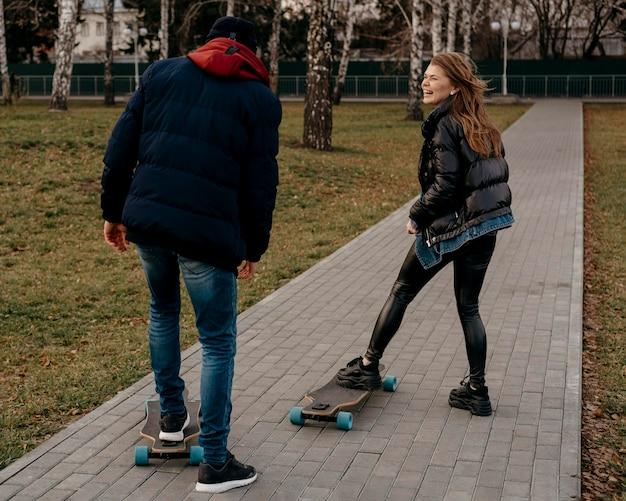 Gruppo di amici skateboard all'aperto