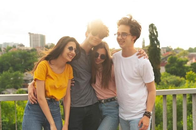 Amici di gruppo che trascorrono del tempo insieme all'aperto in città