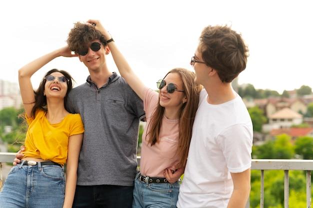 街の屋外で一緒に時間を過ごすグループの友達