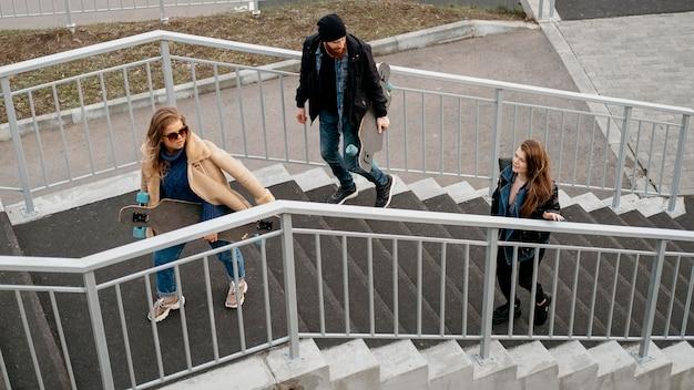 Gruppo di amici insieme all'aperto con skateboard