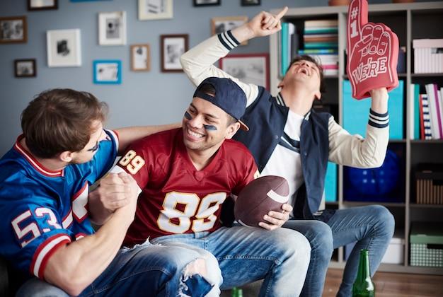 Gruppo di amici che guardano il calcio a casa