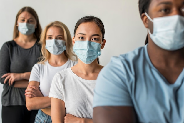 Gruppo di amici che indossano maschere per il viso