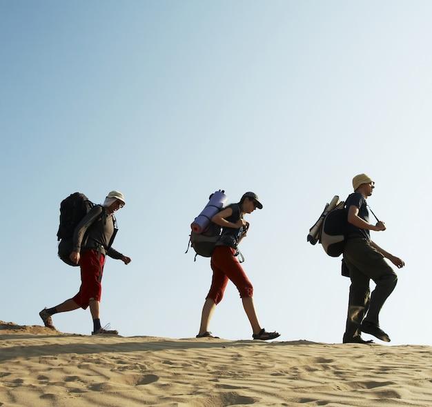 Группа собирается в песчаной пустыне