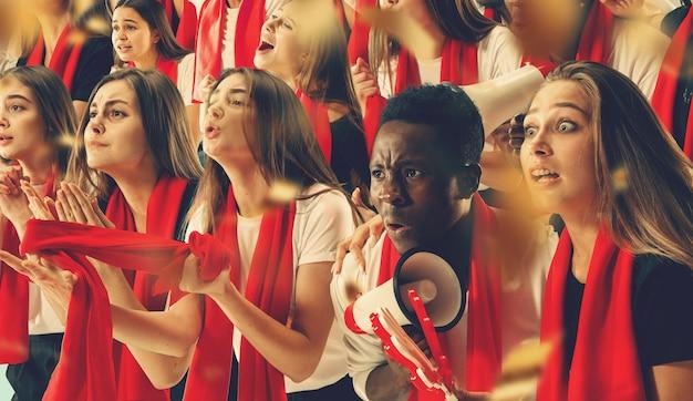 Un gruppo di tifosi felici tifa per la vittoria della loro squadra. collage composto da sei modelli.
