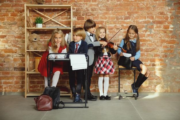 Gruppo di bambini che trascorrono del tempo insieme dopo la scuola.