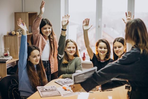 Gruppo di ragazzi che studiano a scuola