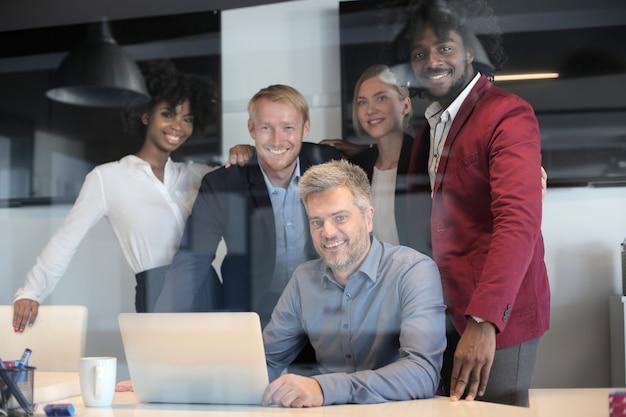 Gruppo di partner commerciali multietnici che hanno una riunione del team di lavoro creativo in un ufficio moderno