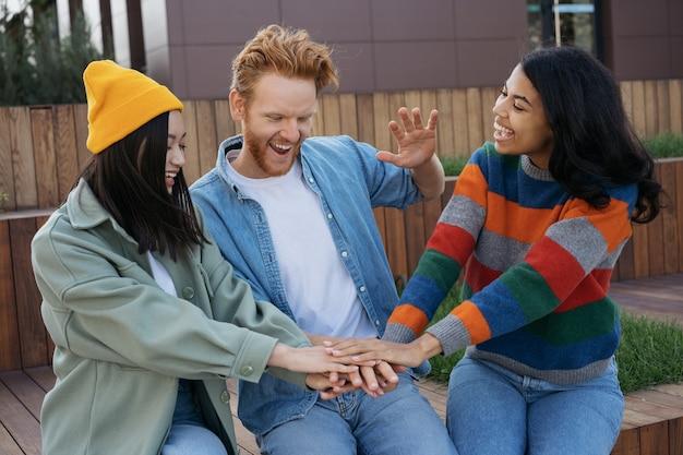 グループ多民族のビジネスマン握手お祝いの成功チームビルディング