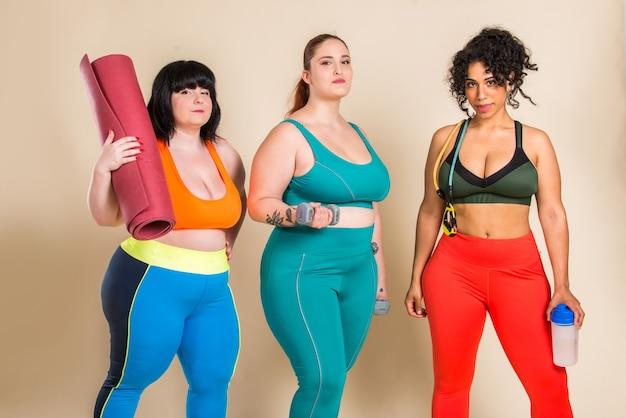Группа из 3 негабаритных женщин позируют. принятие тела и бодипозитив