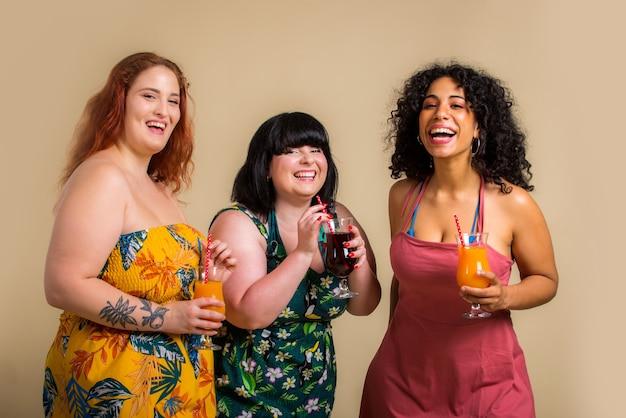 スタジオでポーズをとる3人の特大の女性のグループ Premium写真