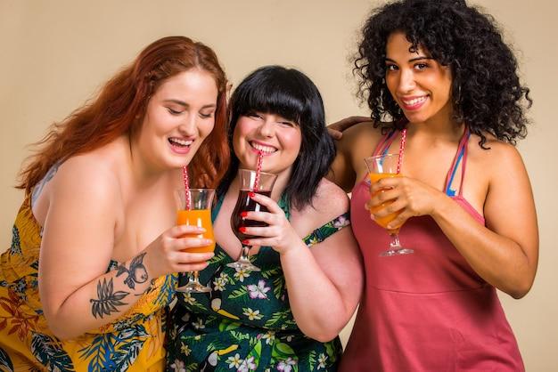 스튜디오에서 포즈를 취하는 3 명의 특대 여성 그룹