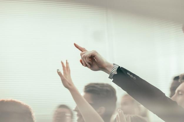 강당에서 비즈니스 포럼의 적극적인 참가자 그룹. 복사 공간 사진