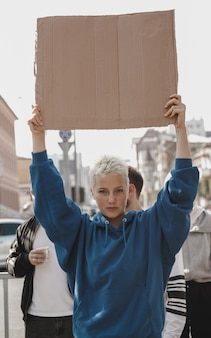 Группа активистов раздаёт лозунги на митинге