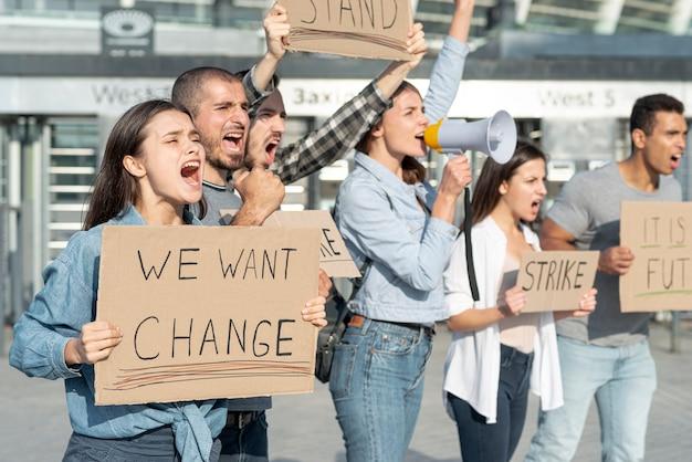 Группа активистов митингуют в знак протеста