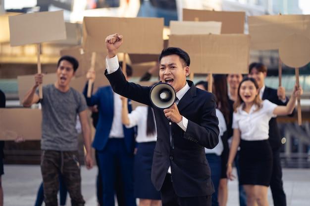 민주주의와 평등에 항의하는 배너를 가진 활동가 그룹. 민주주의와 평등을 위해 조용히 항의하는 남녀