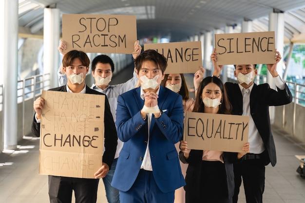 민주주의와 평등에 항의하는 배너가있는 활동가 그룹 프리미엄 사진