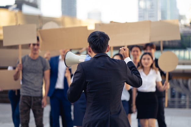 민주주의와 평등에 항의하는 배너가있는 활동가 그룹