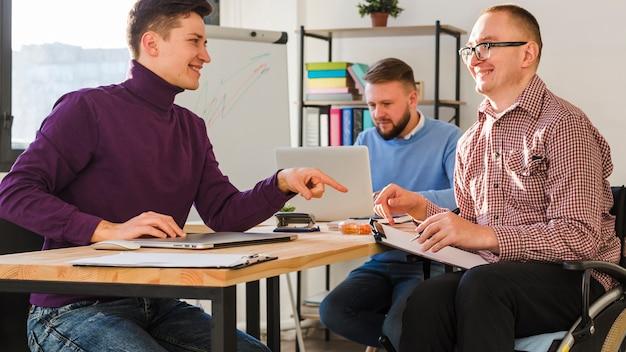 オフィスで一緒に働いている大人の男性のグループ
