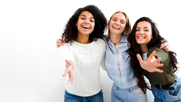 Группа взрослых женщин, улыбаясь вместе