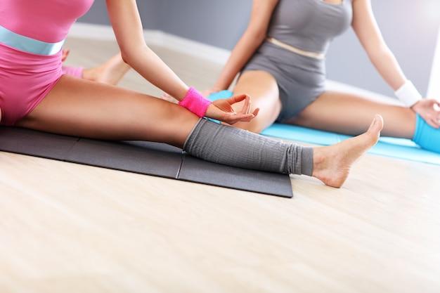 체육관에서 운동하는 성인 여성 그룹