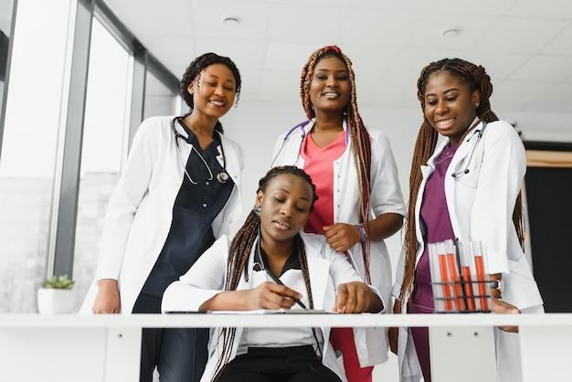 Группа афро-американских врачей и медсестер в больничной палате