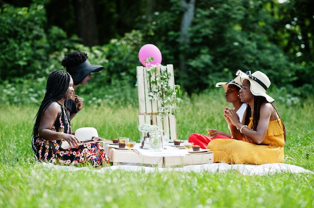 屋外で誕生日パーティーを祝うアフリカ系アメリカ人の女の子のグループ