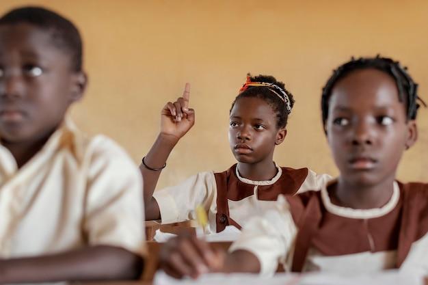 教室でアフリカの子供たちのグループ