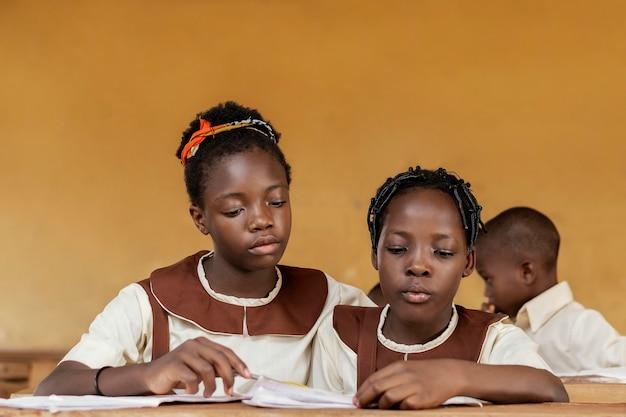 一緒に学ぶアフリカの子供たちのグループ