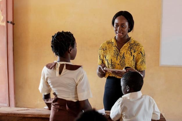 クラスに注意を払っているアフリカの子供たちのグループ