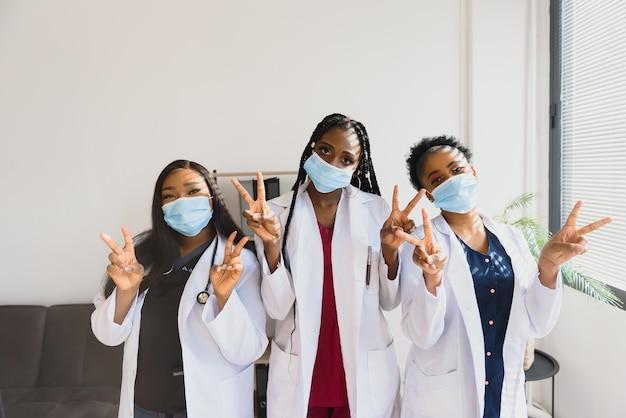 아프리카 의사 초상화의 그룹