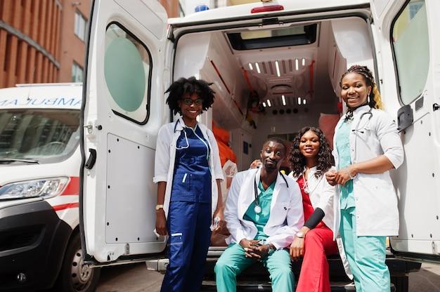 アフリカの救急救急車の救急隊員の医師のグループ