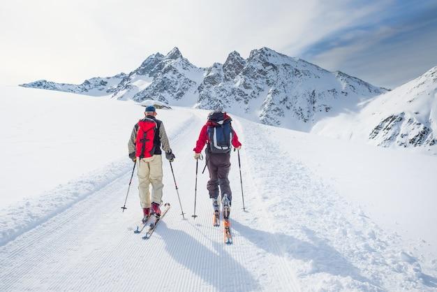 山のアルペンスキーヤーのグループ