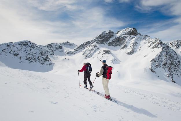 산에 알파인 스키어의 그룹