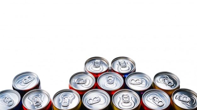Группа алюминиевых банок, холодные напитки. изолированные на белом фоне