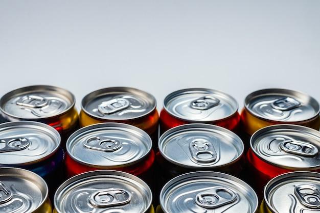 アルミ缶のグループ、冷たい飲み物。上面図。