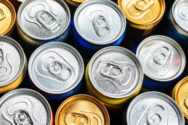 アルミ缶のグループ、冷たい飲み物