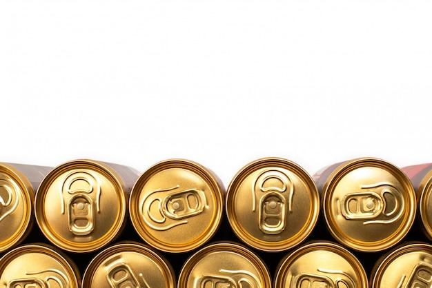 Группа алюминиевых банок в ряд, холодный напиток.