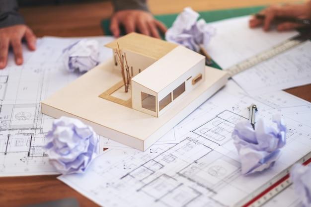 建築家のグループは、建築モデルの作業中に失敗し、オフィスのテーブルに紙をめちゃくちゃにして紙を描く店