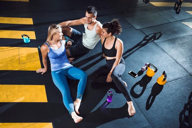 Группа атлетических людей отдыхает после тренировки